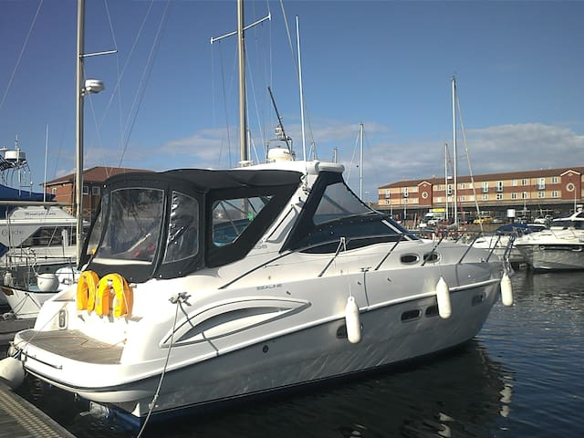 Silverstone-Luxurious boat sleeps 5 in comfort
