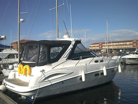 Silverstone-Luxurious boat sleeps 5 in comfort