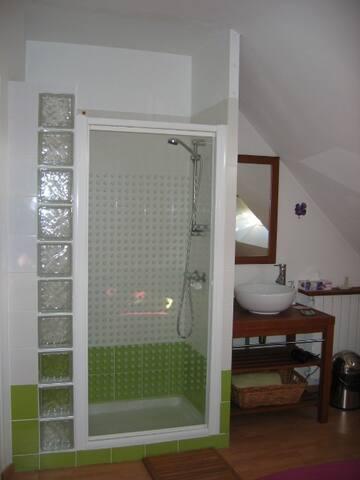 Votre propre douche dans la chambre.