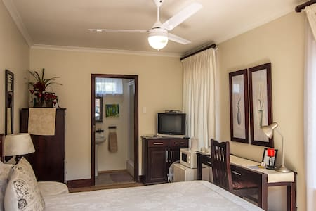 The Brother's Guest House - Durban ( Sunbird Room) - Durban North - Bed & Breakfast