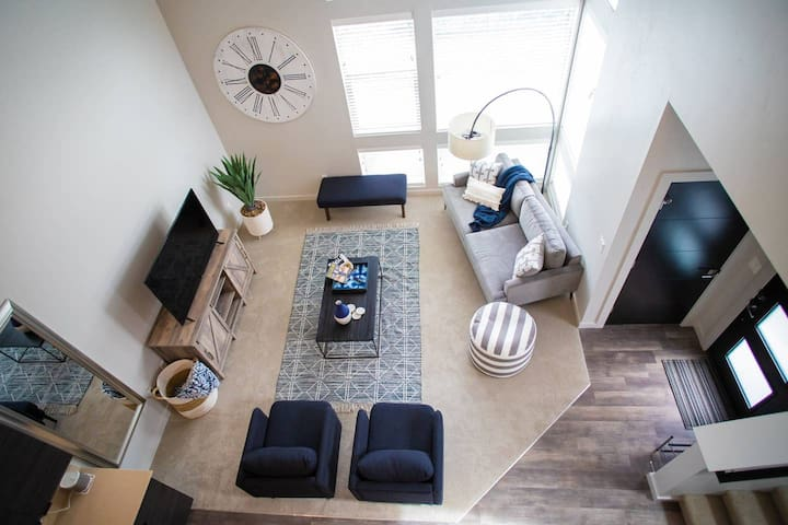 DESIGNER LUX TOWNHOME steps from GREENBELT