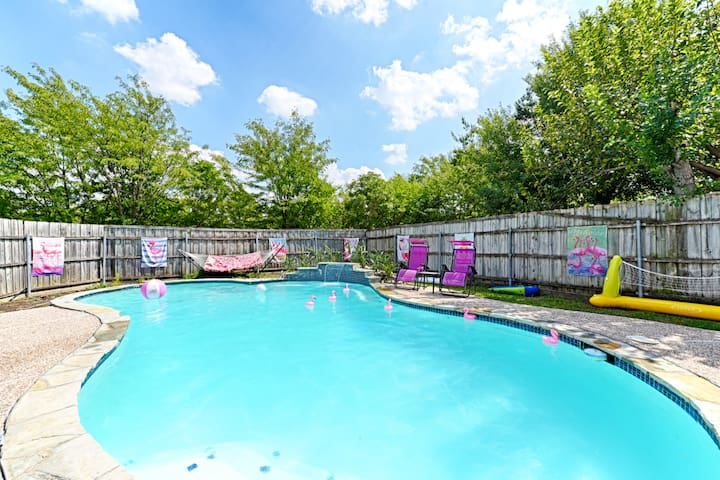 Pool! 8 Beds! 5 Smart TVs! Netflix! Sleeps 16!