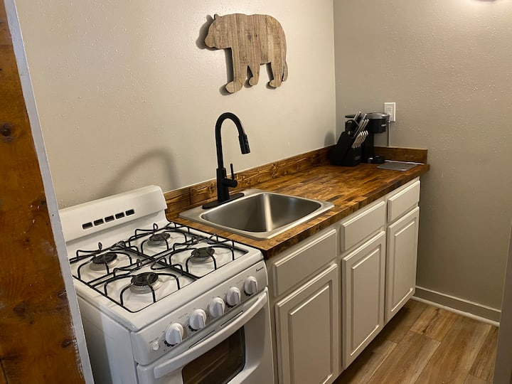 The Bear Den - sleeps 4 with kitchen - ski & hike