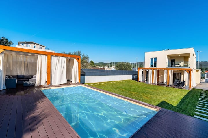 Nice villa with private pool, fenced garden, roofed terrace, 200m from the beach