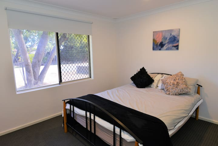 Family Home near airports, DFO, Perth CBD and WIFI
