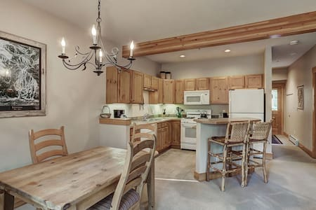 Cozy 1 Bedroom Townhome with Vaulted Ceilings in Trappers Crossing!