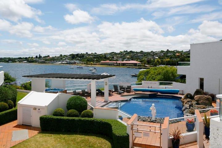Taupo Central - Lake Edge Resort Apartment 2