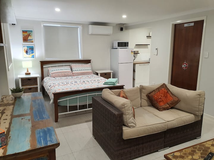 Cosy self-contained unit, 7 minute walk to beach
