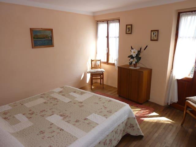 Chambre 2  Acces Balcon lit double ou 2 lit simple