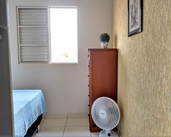 Quarto 2:  cômoda com gavetas disponíveis e ventilador de mesa/chão...