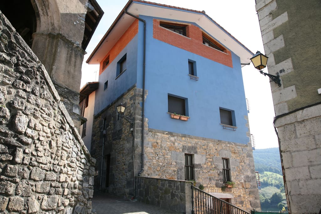 La casa esta ubicada en el centro del pueblo.