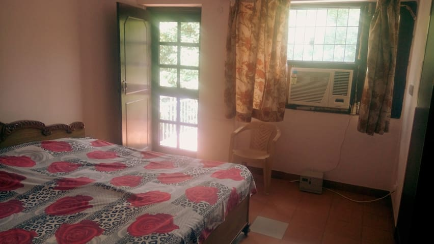 Cozy Double Bed-Room, Near Ariport - New Delhi - Daire