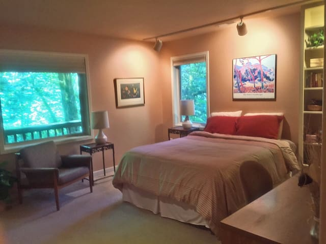Forest Park Paradise: 2 BR Suite Close to 23rd Ave