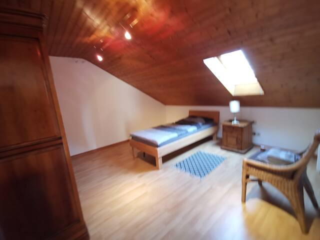 Schlafzimmer 1 - mit 2 Einzelbetten und Kleiderschrank