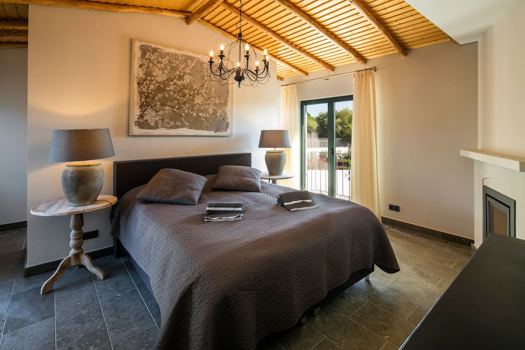 Masterbedroom with fireplace, airconditioning and ensuite bathroom.
