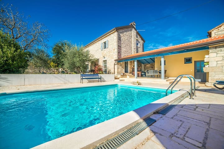 Cosy Villa with privat pool, newly renovated. Covered terrace with BBQ