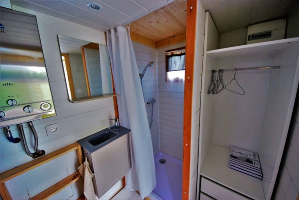 Salle de bain avec douche et penderie et toilettes sèches