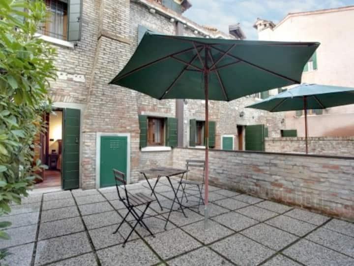 Appartamento su due livelli con giardino