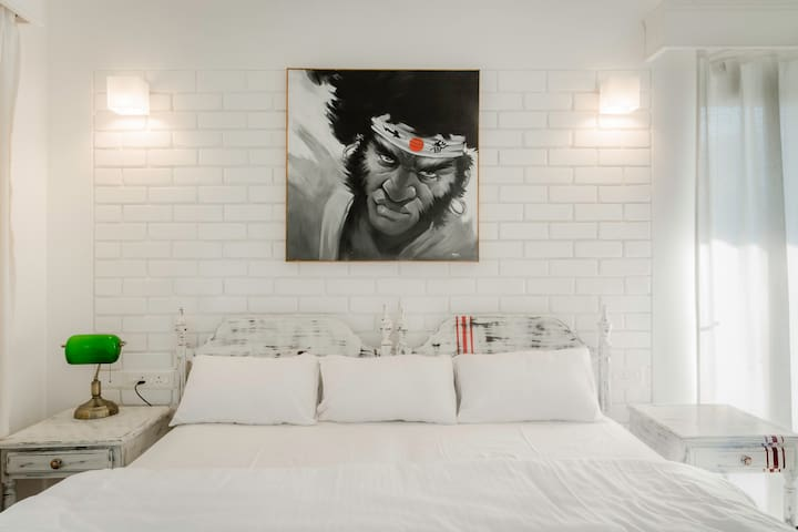 This Samurai Gorilla done in oils & acrylic , is a unique example of Popart at its zenith. All designed inhouse by the owner, this looms over the rosewood beds with 8 inch springs & 8 inch mattresses to give you a wonderful & great night's sleep.