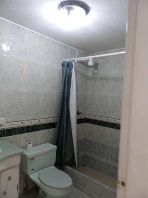 Baño con ducha caliente frente a la Habitación.