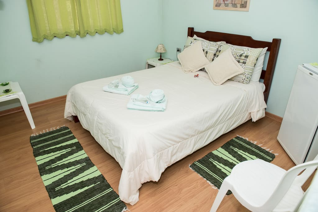 Aptos 1 a 4: possuem cama de casal, banheiro com chuveiro a gás, frigobar, televisão e secador de cabelos. Vista para o jardim.