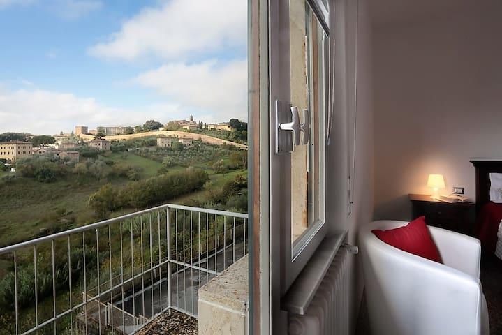Apt & Garage near historic centre. View on hills - Siena - Apartamento