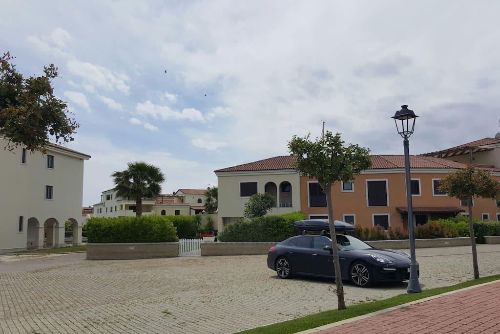 Posti auto adiacenti alla villa