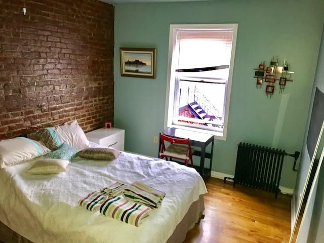 Cosy room on Grove st 9min to NYC w/ breakfast