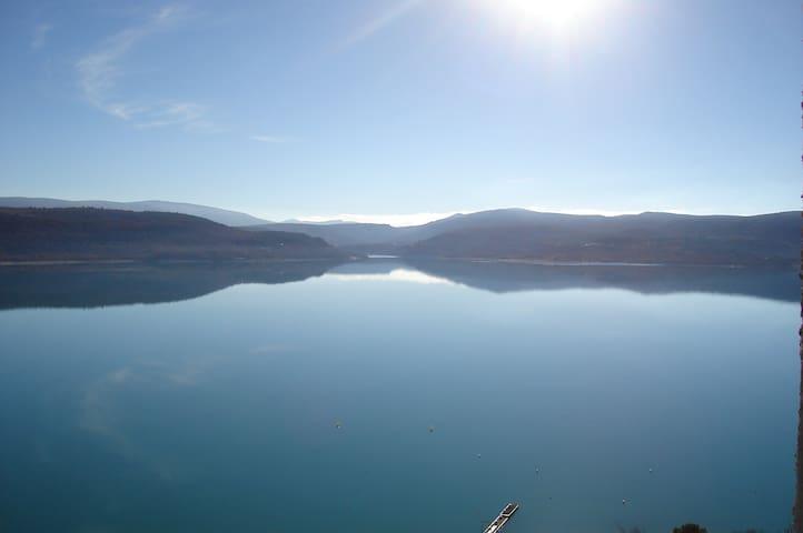 grd appart + loggia surplombant le lac à 5' à pied