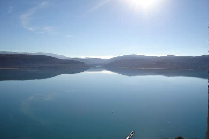 grand appartem climatisé dominant le lac 5' à pied