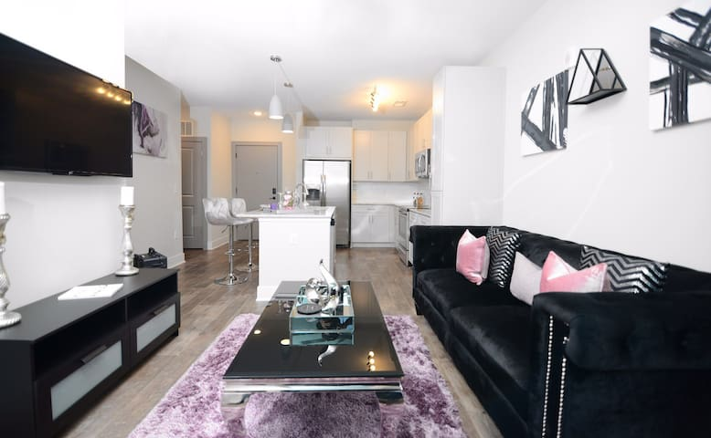 Luxurious 1 bedroom *5 mins from Uptown*