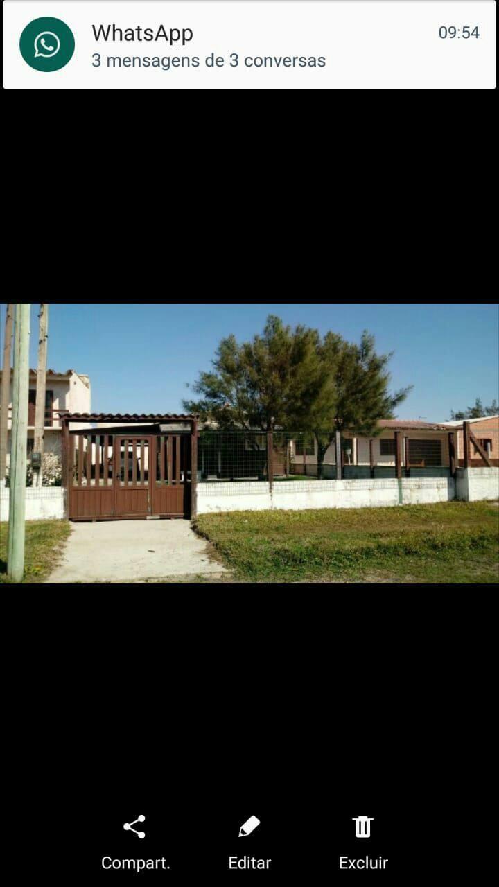Casa localizada no centro do balneário de Quintão.