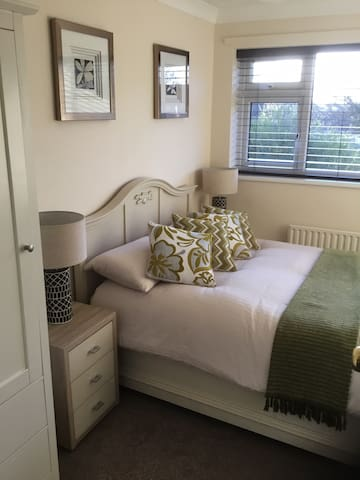 Very comfortable & cosy double room with wardrobe