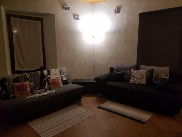 Ampio salotto con ben 3 divani, televisore, soffitto in legno antico