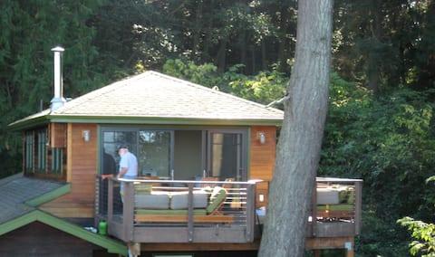 """Treehouse Apartment on Acreage/Bay"