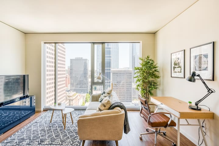 Lovely 1BR in Downtown Seattle + Sweeping Views
