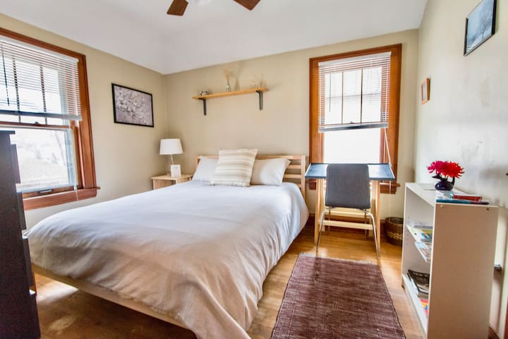 Cozy Guest Bedroom Near U of MN and TCF Stadium