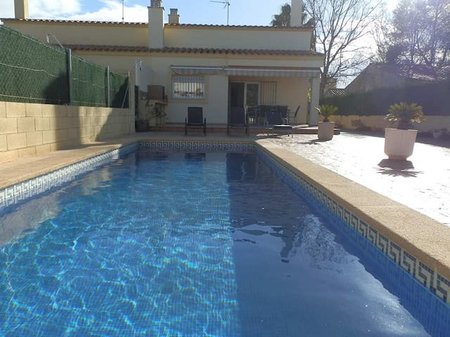 CASA CLAUDINE, Ideal house for your holidays near the sea, free wifi, air conditioning, private pool, pets allowed, dog's beach.