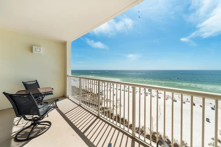 New Listing! Gorgeous studio unit with bonus bunk beds. Wake up to the sights and sounds of the beach!