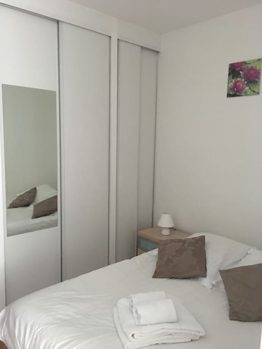coin nuit avec lit et armoire / sleeping corner with real bed and closet