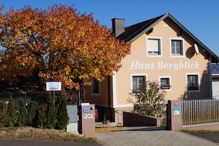 Haus Bergblick - bed & kitchen - FICHTENZIMMER - Bed & Breakfast