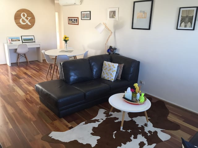 1 bed entire flat 7km from Airport