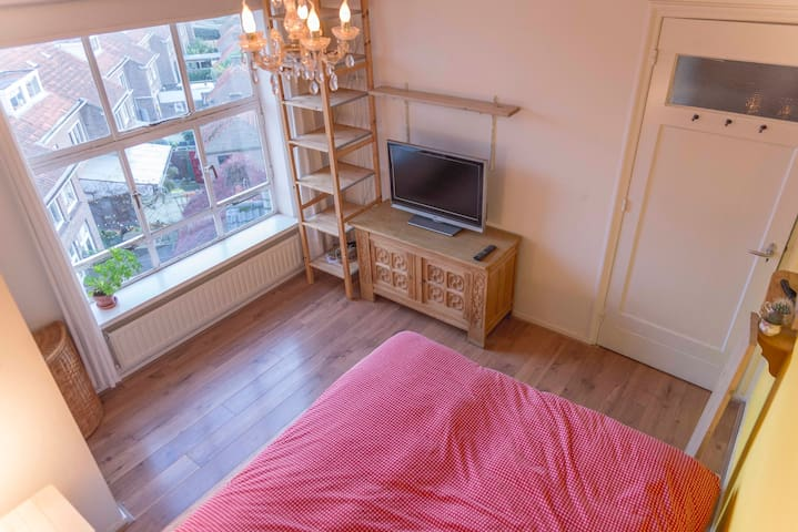 Bright room in authentic apartment - city centre!