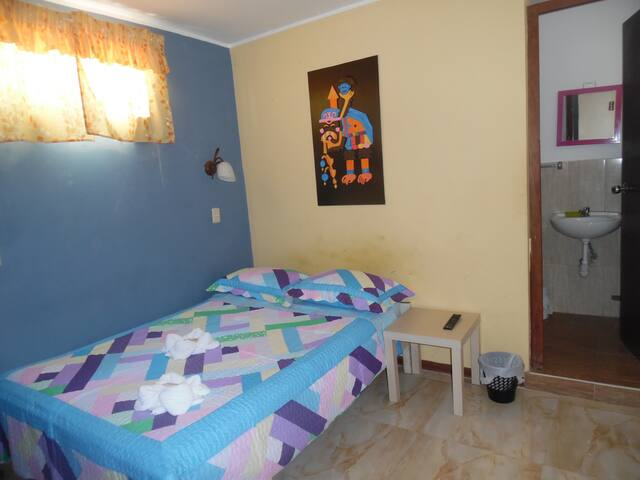 Habitación doble con cama matrimonial, baño privado, ducha con agua caliente, wifi gratuito, televisión por cable.