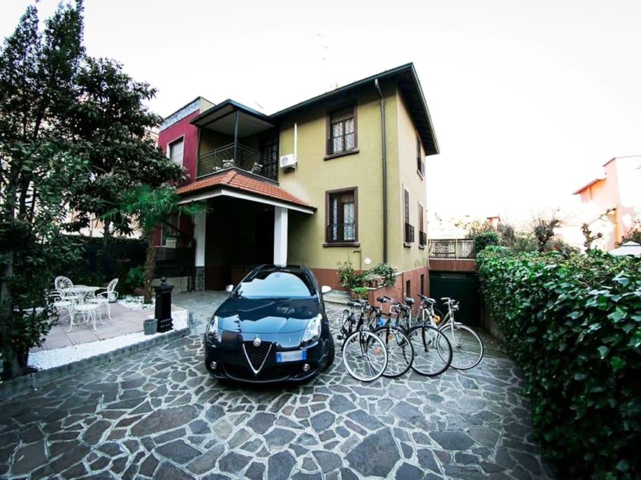 Entrance with garden and private parking - Entrata con giardino e parcheggio privato