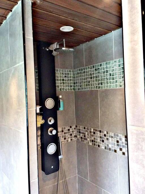 Douche moderne, propre et fonctionnelle