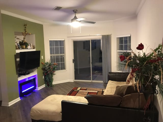 Beautiful 2 Bedroom  2 Bathroom Home Away Stay