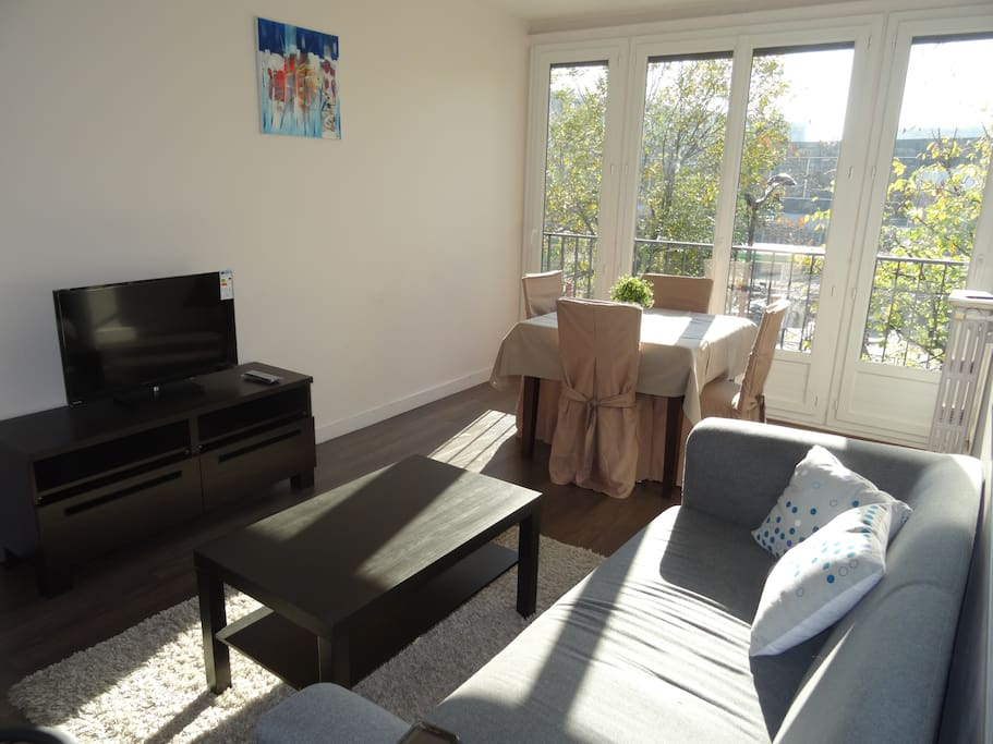 The 20 square meters living room has 3 double glazed windows facing street . It is equipped with : dining table for 4 people, sofa, coffee table, TV, chest of drawers, hard wood floor.