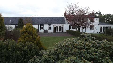 Oakbank Farm Cottage with bar near Thornhill