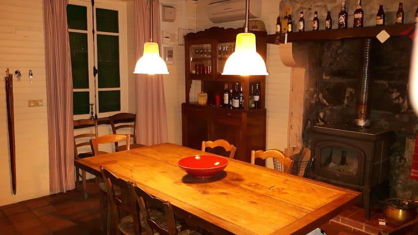 Eetkeuken/ La cuisine: grote tafel, plaats voor 8 pers; oven, vaatwasser